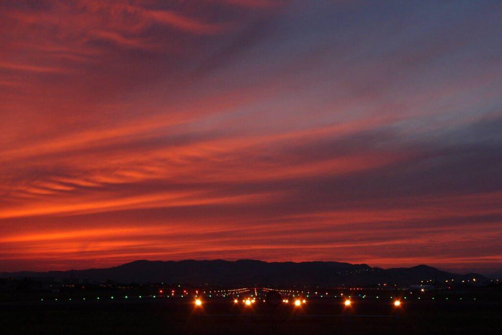 真っ赤に染まる大阪国際空港
