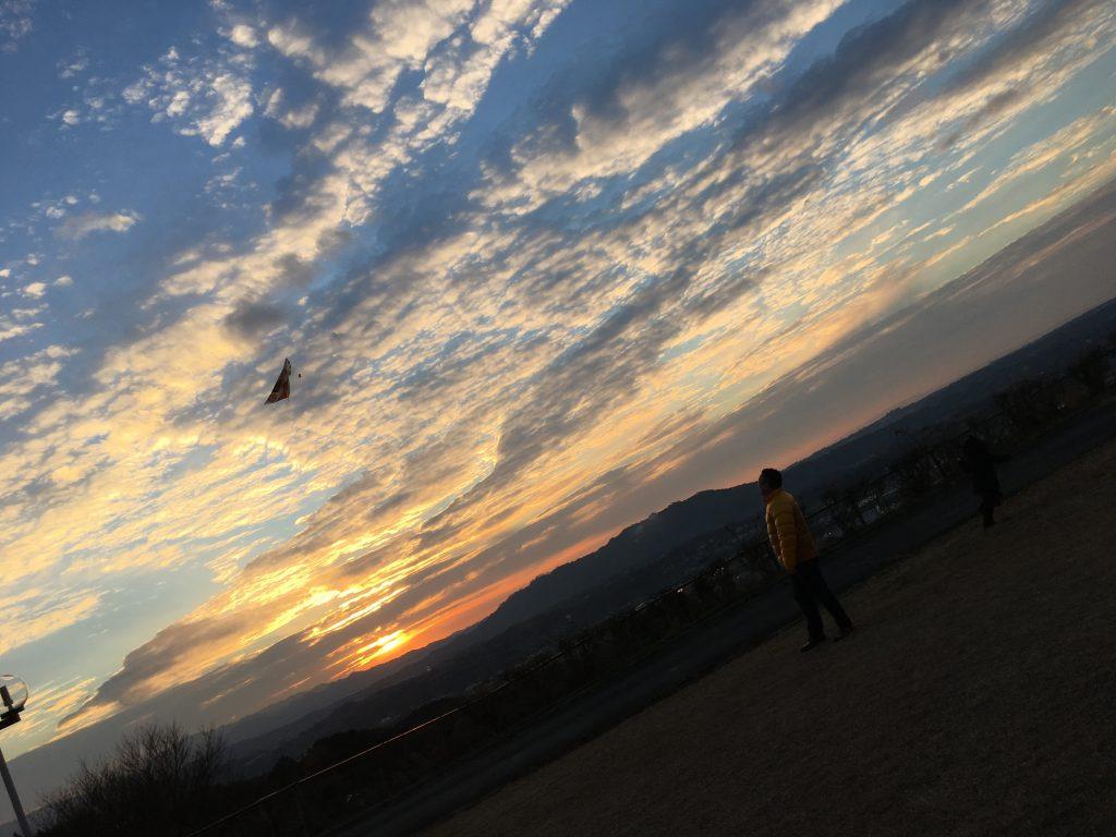 夕暮れの凧揚げ